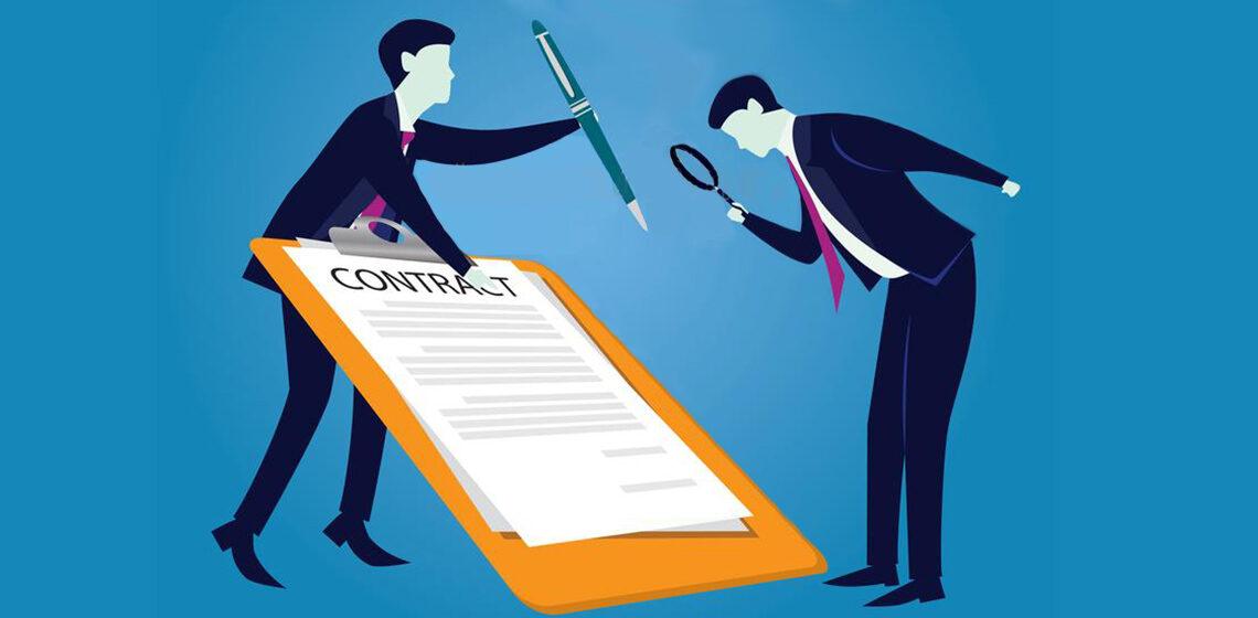 Человек подписывает контракт пока второй держит ручку
