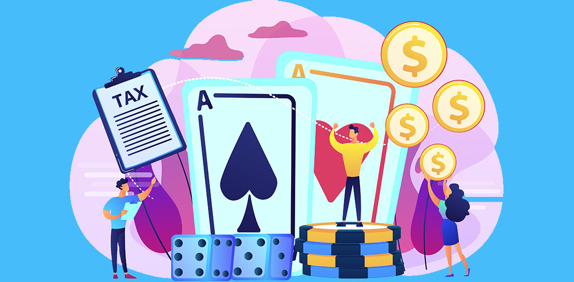 Люди стоят возле игральных карт и фишек с казино