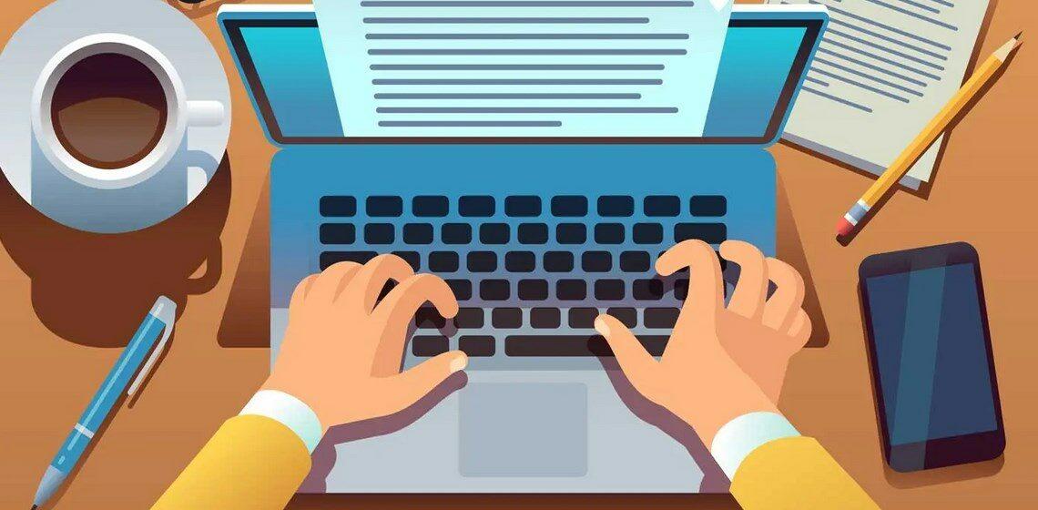 Копирайтер набирает текст на ноутбуке